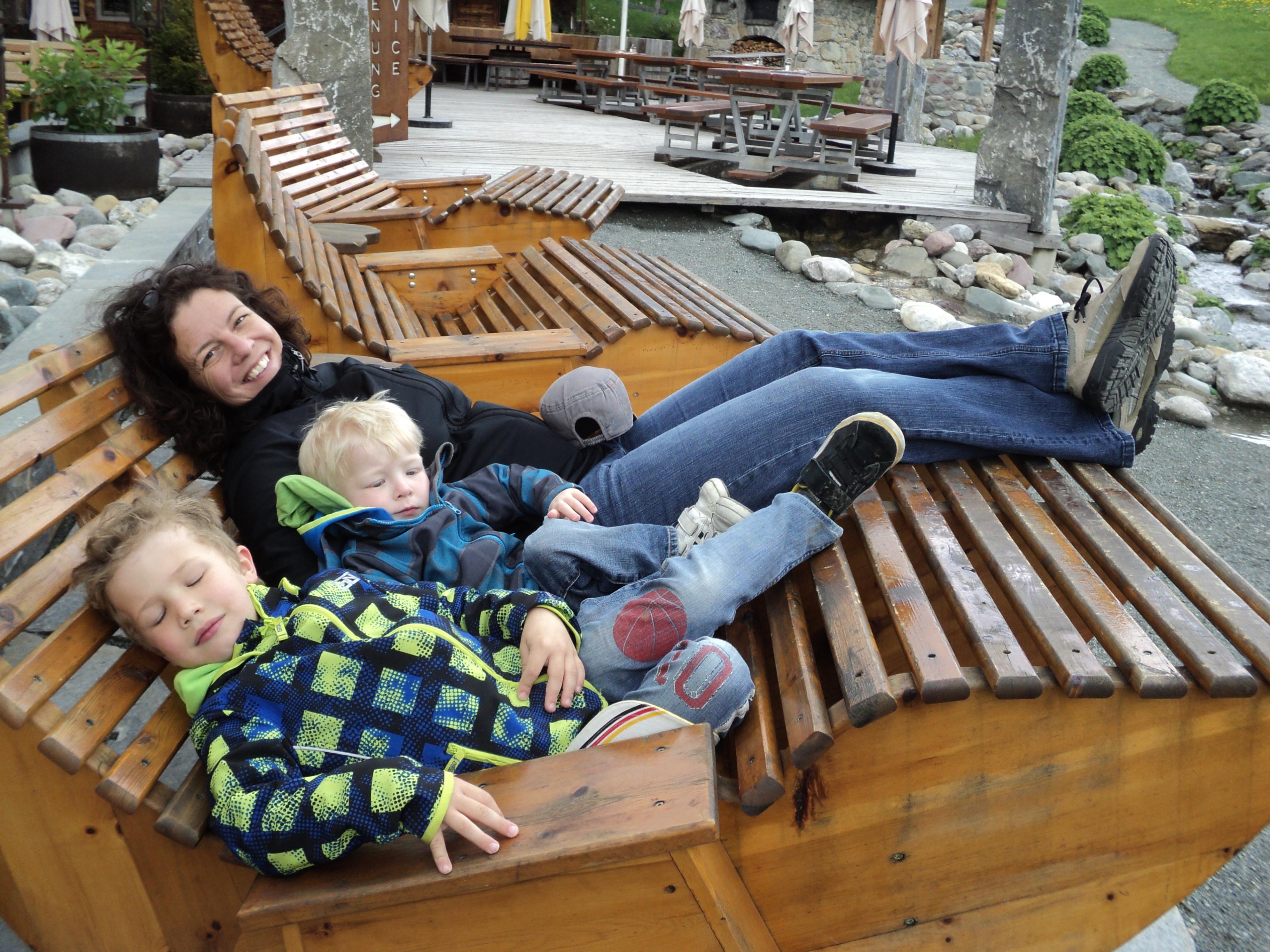Bequeme Holzliegen im Hexenwasser. - Wandern mit Familie