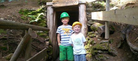Jonas und Timmi vor der Grube.