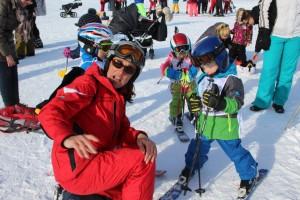 Timmi erhält erste Instruktionen von Skilehrerin Svetlana.