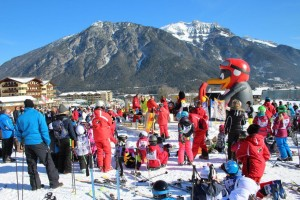 Riesentrubel bei der Siegerehrung am Freitag. Alle Kinder treffen sich am Skischul-Sammelplatz.