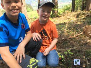Immer ein Ziel vor Augen: Jonas und Timmi waren auf dem Weg zum Bäumchen, das sie mit der Schule gepflanzt hatten.